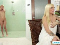 Blonde Jana needs a back rub and Aaliyah prepares her with a rub