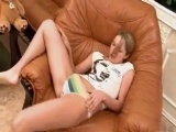 Chick jerk off in the leather chair