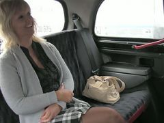 Divorced amateur lady gets laid in taxi and receives a sticky cumshot
